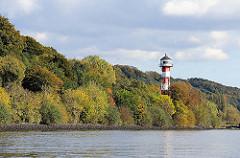 bewaldete Hügel am Elbufer bei Hamburg Wittenbergen - Leuchtturm / Leuchtfeuer zwischen den Bäumen.
