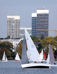 Blick über die Aussenalster mit Segelbooten zu den Hochhäusern  am Mundsburg - Fotos aus dem Hamburge Stadtteil Barmbek Süd.
