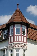 mit Ornamenten dekorierter Erkerturm an einer Villa im Winterhuder Leinpfad.