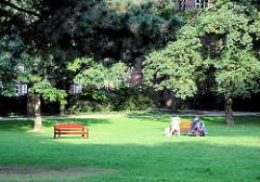 Bänke in der Sonne auf der Wiese im Kellinghusenpark in Hamburg Eppendorf - Bilder aus den Hamburger Stadtteilen.