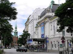 Kirchenallee in Hamburg St. Georg - Deutsches Schauspielhaus und Turm der Heilige Dreieinigkeits Kirche / St. Georgkirche.