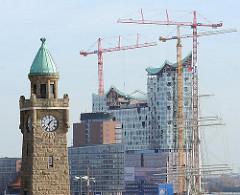 Uhren- und Pegelturm der St. Pauli Landunsbrücken - Baustelle der Elbphilharmonie in der Hafencity.
