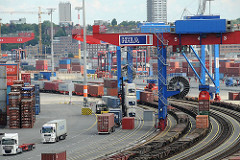HHLA Container Terminal Tollerort - Containerbrücken zur Zugbeladung, Sattelschlepper zum Containerstrassentransport.