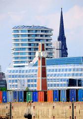 Uhr und Pegelturm beim Amerikahoeft - Container an der Kaimauer des O'Swaldkais - im Hintergrund moderne Architektur der Hamburger Hafencity auf der anderen Seite der Norderelbe.