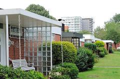 Hauseingänge von Reihenhäusern im Architekturstil der 1970er Jahre - im Hintergrund ein Hochhaus - Wohngebäude im Hamburger Stadtteil Lohbrügge.