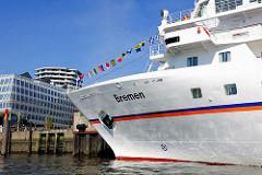 Kreuzfahrtschiff Bremen im Hamburger Hafen - im Hintergrund moderne Architektur in der neuen Hafencity.
