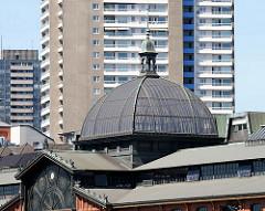 Kuppeldach der historischen Altonaer Fischauktionshalle - Hochhäuser im Hintergrund.