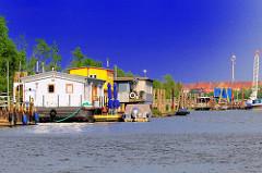 Wohnboote auf dem Wasser des Spreehafens am Spandauer Ufer.