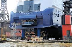Fährschiff COLOR MAGIC eingedockt im Hamburger Hafen - Blick auf das Heck des Schiffs mit Auto-Rampe.