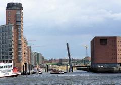 hochgefahrene Sandtorhafenklappbrücke beim Sandtorhafen; rechts das Gebäude des Kaispeichers A ( 2004)