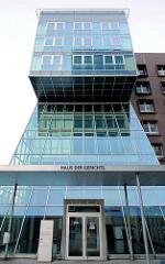 Eingang Haus der Gerichte in Hamburg St. Georg - Justizzentrum in Hamburg, Verwaltungsgericht Hamburg, Finanzgericht Hamburg, Amtsgericht Hamburg-St. Georg.