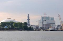 Blick über die Süderelbe auf die Baustelle des Kohlekraftwerks im Hamburger Stadtteil Moorburg.