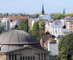 Kuppel des Eingangsgebäudes vom Alten Elbtunnel - Häuser der St. Pauli Hafenstrasse und Kirchtürme der Hansestadt Hamburg.