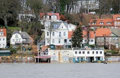 Hochwasserwarnung in Hamburg - das Elbwasser steigt und reicht bis an die Gebäude der Strandperle.