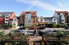 Strassen in Hamburg Wohnhäuser im Fuhlsbüttler Erdkampsweg. Vorgärten und Gartenzaun.