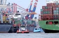 Schiffe im Waltershofer Hafen, eines der Hafenbecken im Hamburger Hafen.