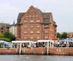 Markttreiben am Ufer der Elbe - Fischmarkt in Hamburg Altona - Sonntags morgens an der Elbe.