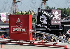 Fahnen des Fussballvereins FC St. Pauli - Astra Werbung.