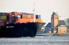 Bug des Frachtschiffs ZIM PACIFIC - das Containerschiff läuft aus dem Hamburger Hafen aus. Elbe Höhe Lotsenstation Seemannshöft, Bubendeyufer.