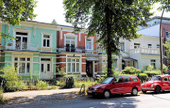 Einstöckige Stadtvillen mit farbiger Fassade - Architektur in Hamburg Barmbek Nord.