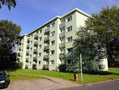 Mehrstöckiges Wohnhaus - Mietergenossenschaft Gartenstadt Farmsen - grünes Wohngebäude.