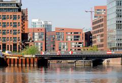 Die restaurierte Drehbrücke über den Ericusgraben / Ericusbrücke und Gebäude der Hamburger Hafencity.