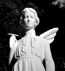 Weisser Marmorengel auf dem Friedhof Ohlsdorf.