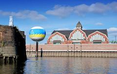 Blick über den Oberhafenkanal zu der Deichtorhalle / Haus der Fotografie; re. die Ericusspitze (2007)