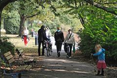 Bilder aus Hoheluft West Spaziergänger und Kinder am Ufer des Isebekkanals.