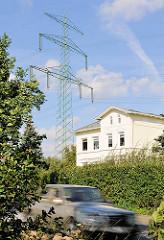 Hochspannungsmast im Stadtteil HH- Gut Moor - Wohnhaus unter den Hochspannungsleitungen - schnell fahrendes KFZ.