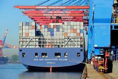 Heck des Containerschiffs CMA CGM CHRISTOPHE COLOMB an der Kaianlage des Container Terminals Burchardkai im Hamburger Hafen.