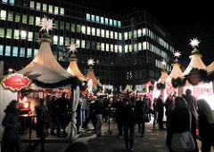 Weihnachtsmarkt auf der Fleetinsel - Zelte zur Weihnachtszeit in der Hamburger Innnenstadt / Stadtteil Neustadt - Bürohäuser mit beleuchteten Fenstern.