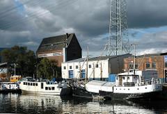 Schiffe im Harburger Hafen - Getreidespeicher.