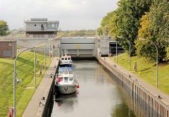 Sportboote in der Schleusenkammer der Tatenbergerschleuse - die Motorboote werden in die Doveelbe geschleust.
