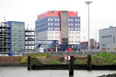 HHLA Verwaltungsgebäude Terminal Tollerort in Hamburg Steinwerder - im Vordergrund alte Anlandungsanlagen der Köhlbrandfähre.