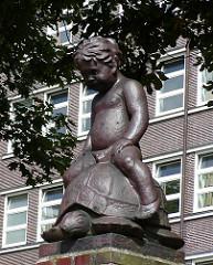 Skulptur Kleiner Junge auf Schildköte - Schule Fränkelstrasse, Hamburg Barmbek Nord.