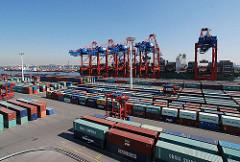 Hafengebiet Hambug Waltershof - EUROGATE Containerterminal. Containerlager und Containercarrier.
