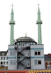Vom Künstler Boran Burchardt 2009 gestalteten Minarette der Centrums Moschee. Bemalung der Türme mit einem Muster aus grünen und weissen Sechsecken.