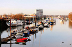 Blick in den Steendiekkanal auf Hamburg Finkenwerder - Sportboote liegen am Schlengel.