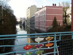 Brücke über den Isebeker Kanal am Eppendorfer Baum - eisernes Fischdekor am Brückengeländer - Bildhauer Richard Haitzmann.