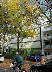 Bunkergebäude zwischen Wohnhäusern in Hamburg Eilbek - der Luftschutzbunker wurde farblich der Umgebung angepasst.