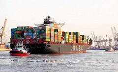 Das mit Containern hochbeladen Frachtschiff HATTA im Hamburger Hafen - der Frachter kann 6435 TEU Container transportiern und hat eine Tragfähigkeit von 85614 t.