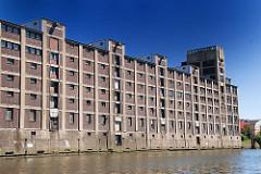 Architekturgeschichte aus dem Hamburg Hafen - Speichergebäude am Hoovekanal - Hamburg Veddel.