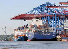 Das Frachtschiff CMA  CGM CALLISTO unter den Containerkränen des HHLA ContainerTerminals Burchardkai; das 363m lange und 46m breite Containerschiff kann 11400 TEU Container transportieren. Daneben fährt der Containerfeeder TRANS ALREK in den Hafen ei
