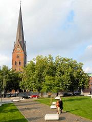 Domplatz - Grünanlage in der Hamburger Altstadt - Kirchturm der St. Petrikirche.
