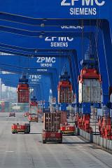 Containerladung löschen - beladen von AGV am Terminal.