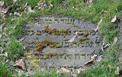 Grabplatte mit Moos und hebräischen Schriftzeichen Friedhof Bahrenfeld, Bornkampsweg.
