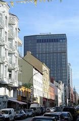 Wohnhäuser der Gründerzeit in Hamburg St. Pauli - moderne Architektur im Kontrast.