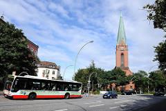 Bushaltestelle mit HVV Bus an der S-Bahn Station Heimfeld - St. Pauluskirche Petersweg.