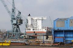 Werftgelände der Sietas Werft - Schiffsneubau im Dock.